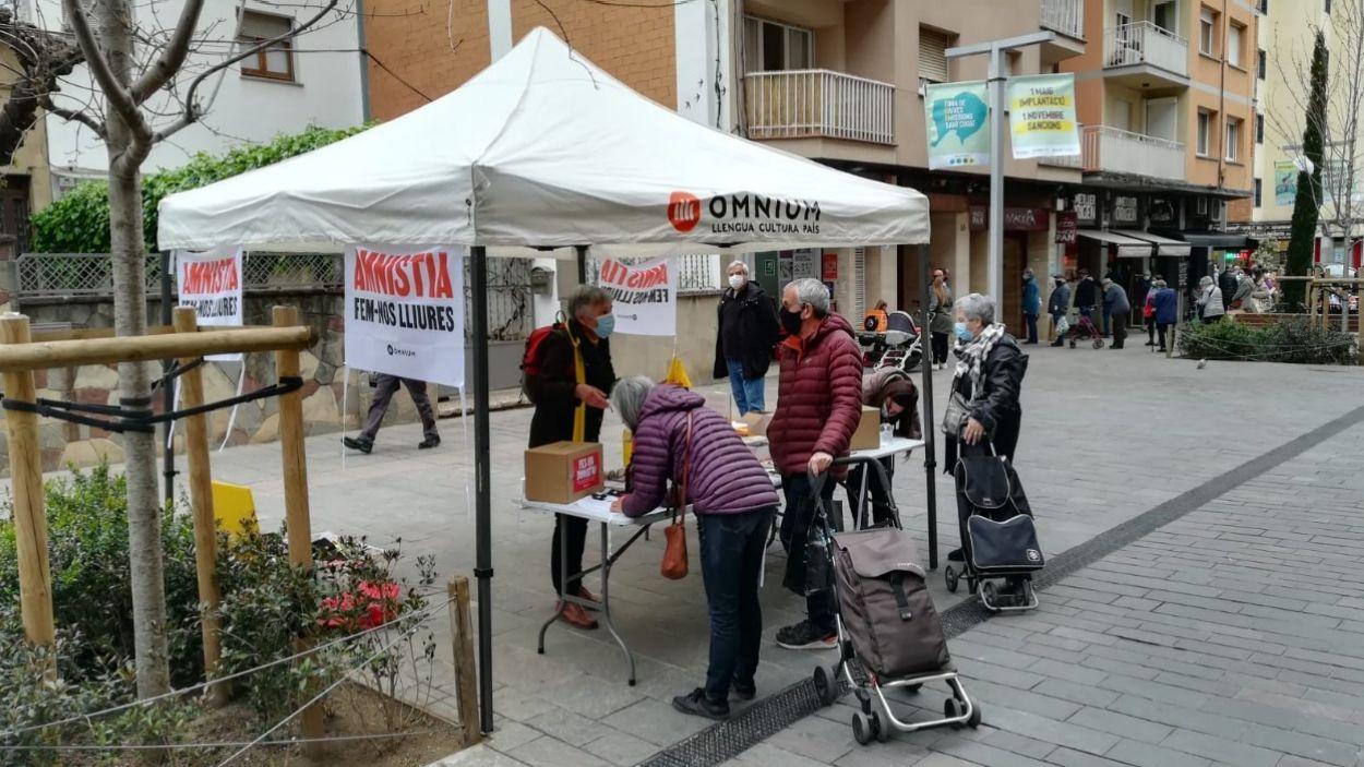 Una de les paradetes d'Òmnium per recollir signatures per l'amnistia a Sant Cugat / Foto: Òmnium Sant Cugat