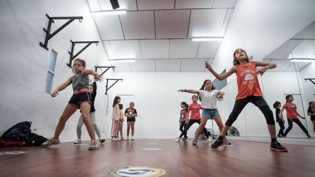 Un grup de nenes en una classe de l'escola de ball General Giap / Foto: Cedida