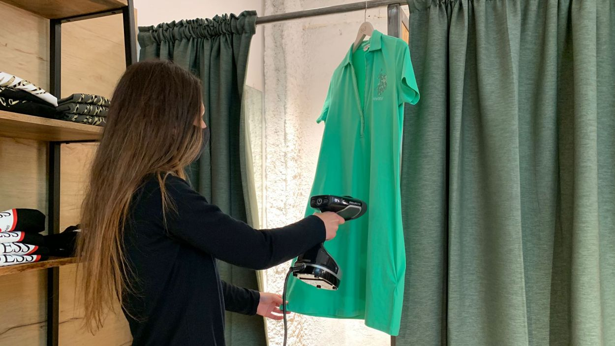Cada peça de roba es vaporitza per desinfectar-la / Foto: Cugat Mèdia