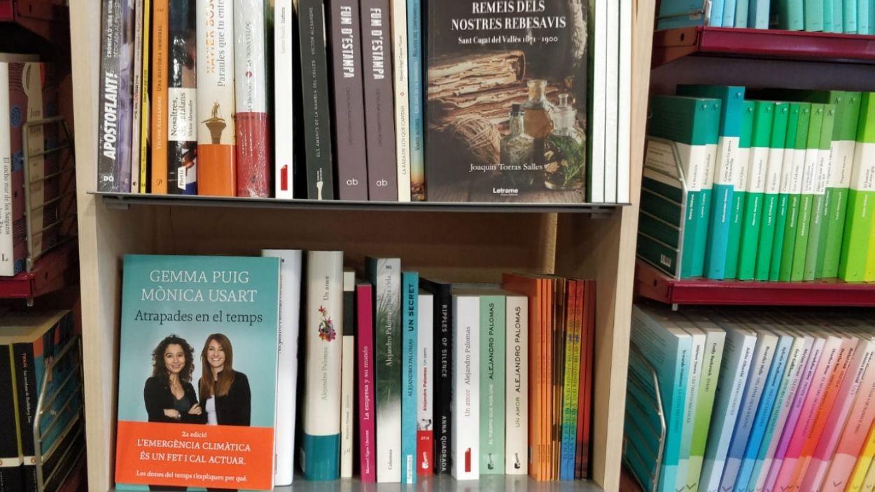 Prestatge dels autors santcugatencs, a la llibreria El Celler de Llibres / Foto: Cugat Mèdia