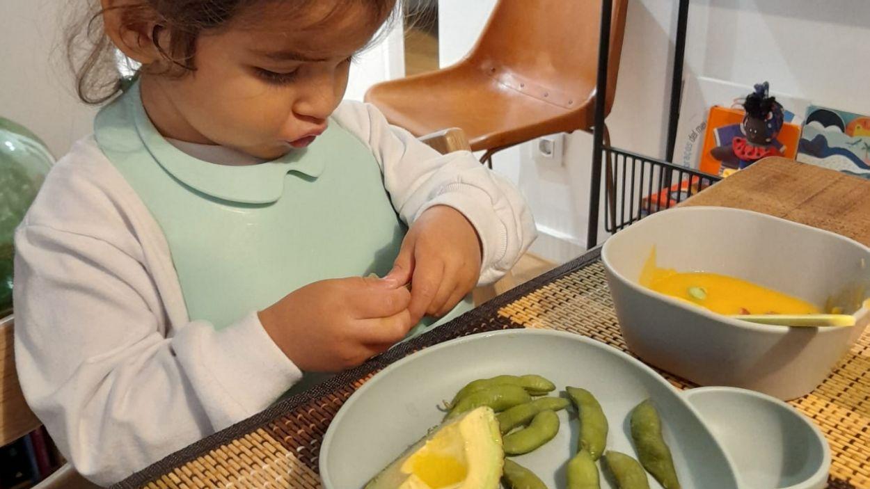 Una nena sopant crema de carabassa, edamames i alvocat / Foto: Cedida
