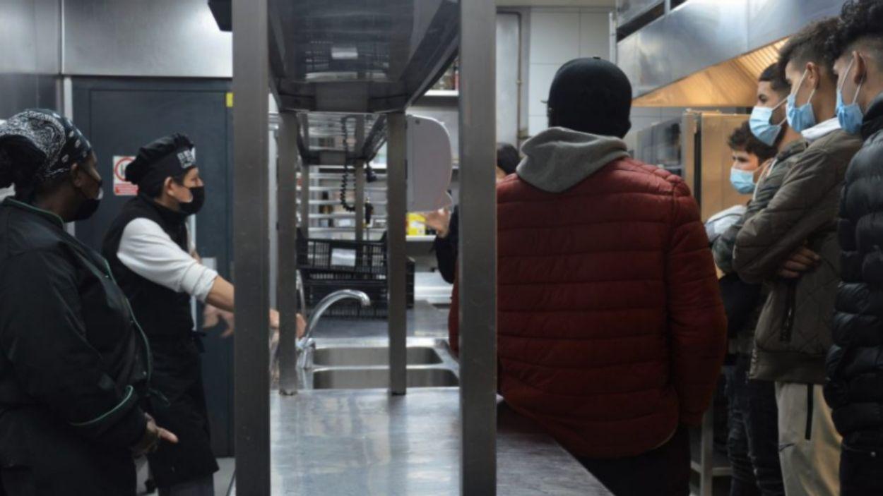Imatge d'un moment de la visita guiada a la cuina de la Masia Can Ametller / Foto: Punt de Referència