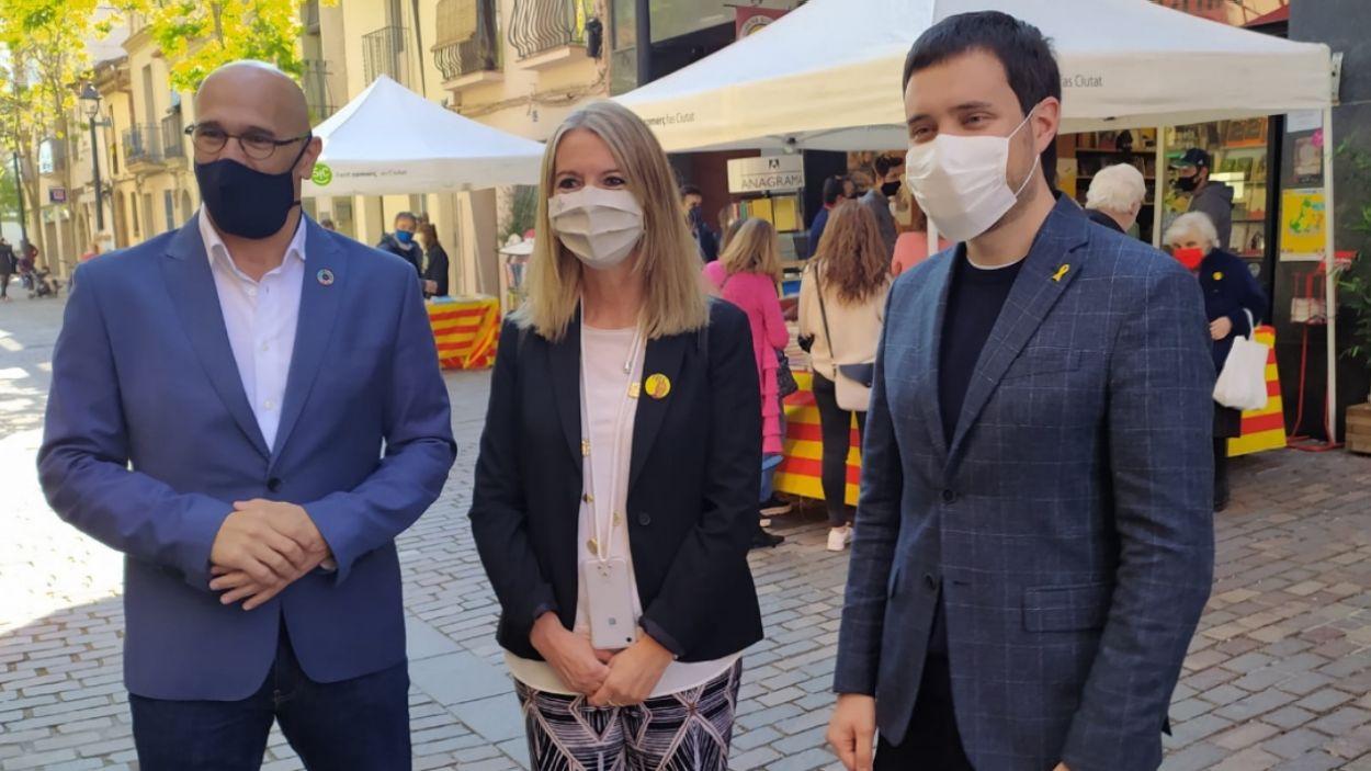 Raül Romeva, Mireia Ingla i Bernat Picornell, davant de la llibreria Alexandira / Foto: Cugat Mèdia