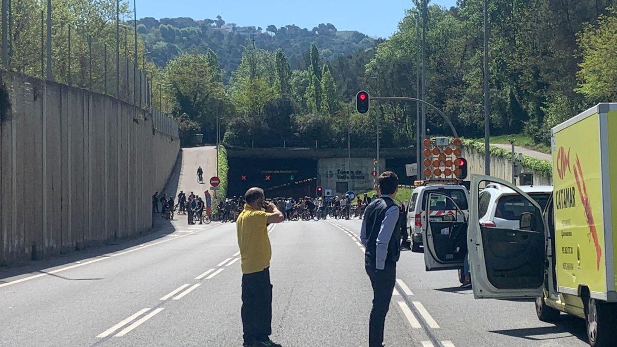 Els ciclistes aturant tots els carrils del Túnels de Vallvidrera / Font: cedida
