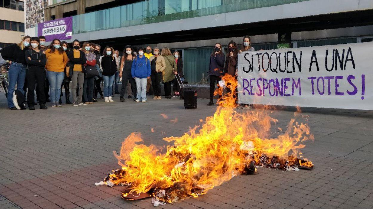 A la concentració s'ha cremat un ninot de paper com a símbol de lluita contra el patriarcat / Foto: Cugat Mèdia