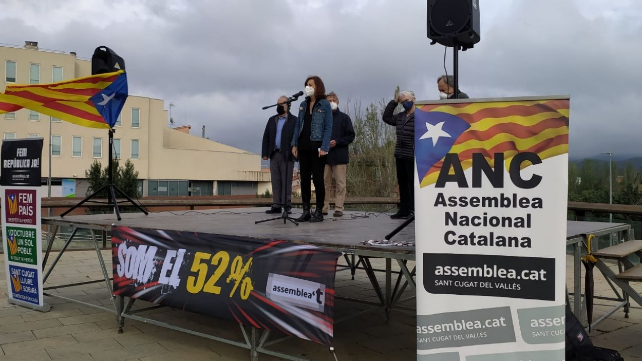 Silvia Solanellas, de l'ANC, durant els parlaments a la plaça de l'U d'Octubre / Foto: Cugat Mèdia