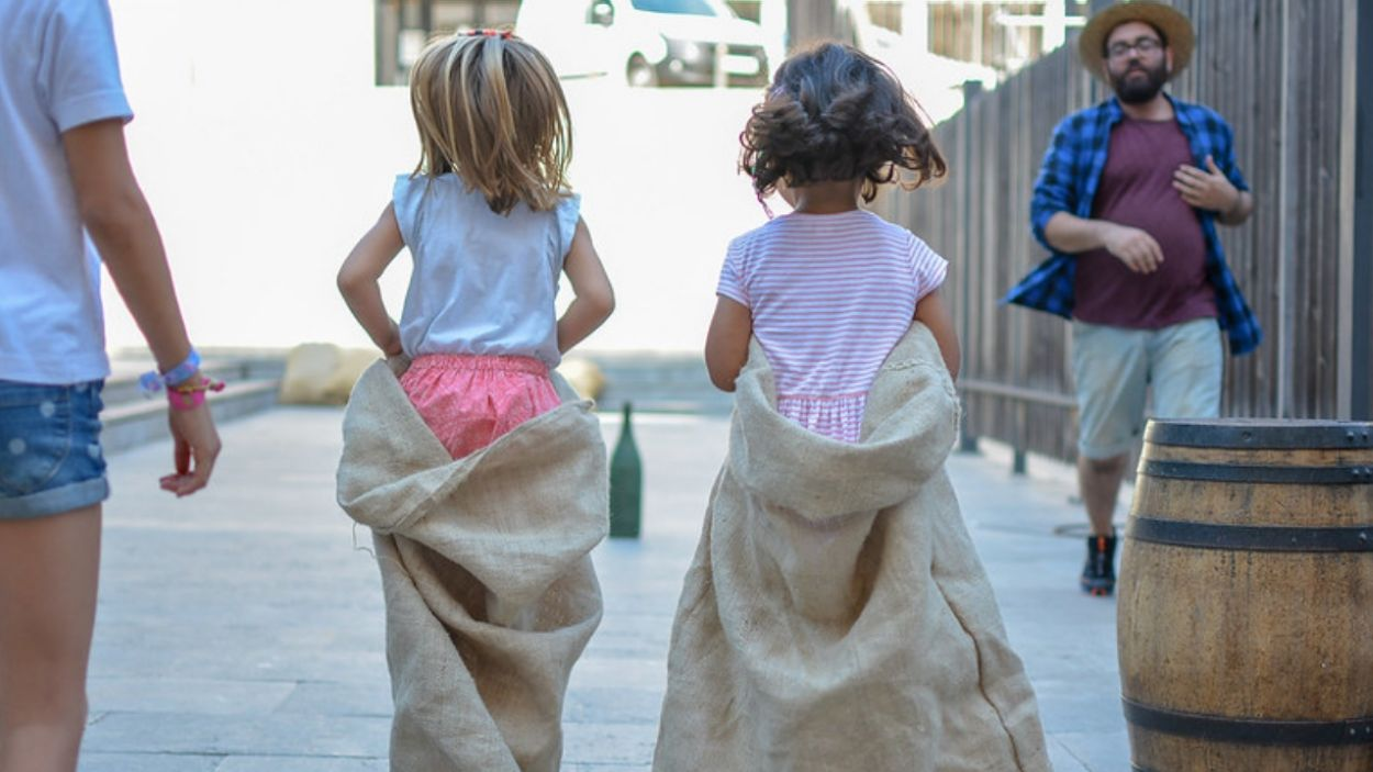Dues nenes fent una cursa de sacs durant un taller infantil / Foto: Ajuntament de Sant Cugat