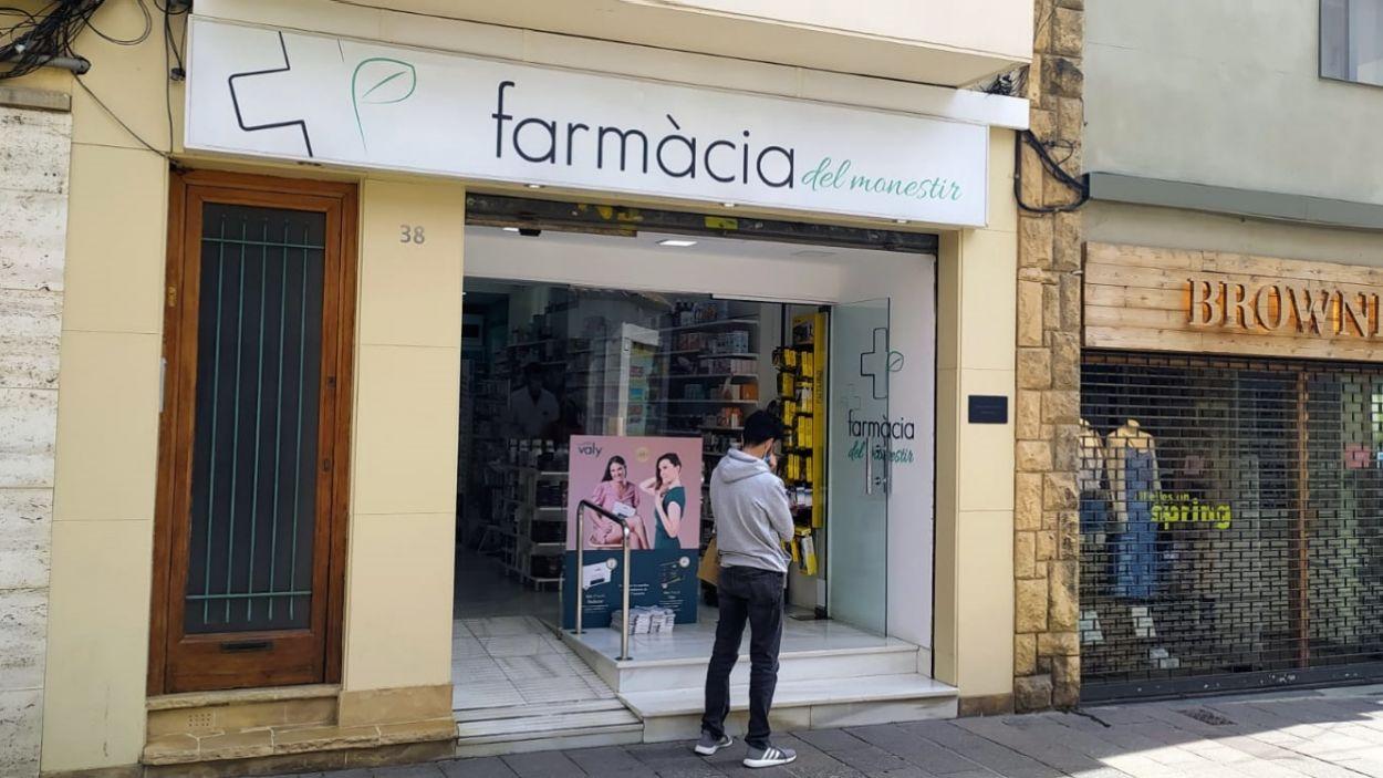 La Farmàcia del Monestir, al carrer Santiago Rusiñol / Foto: Cugat Mèdia
