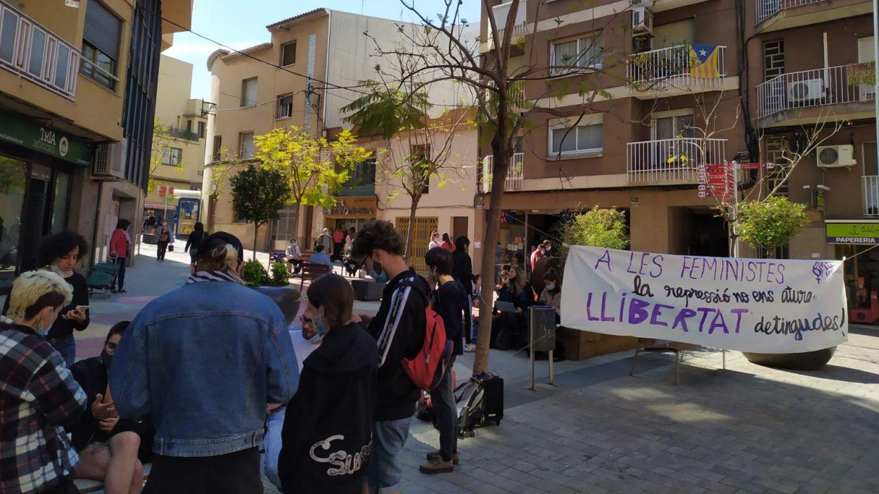 Imatge de la concentració a les portes dels jutjats de Rubí / Foto: Cedida
