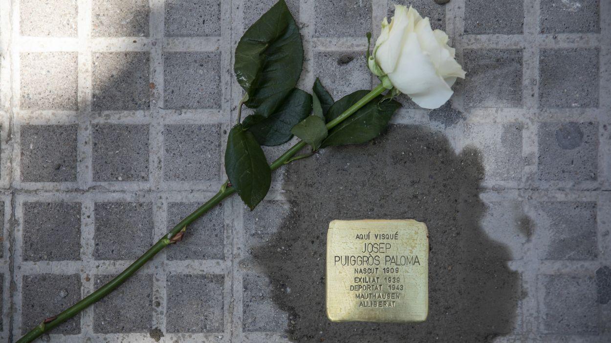 Les 'Stolpersteine' s'han col·locat davant els habitatges on van viure els sis santcugatencs / Foto: Ajuntament (Lali Puig)
