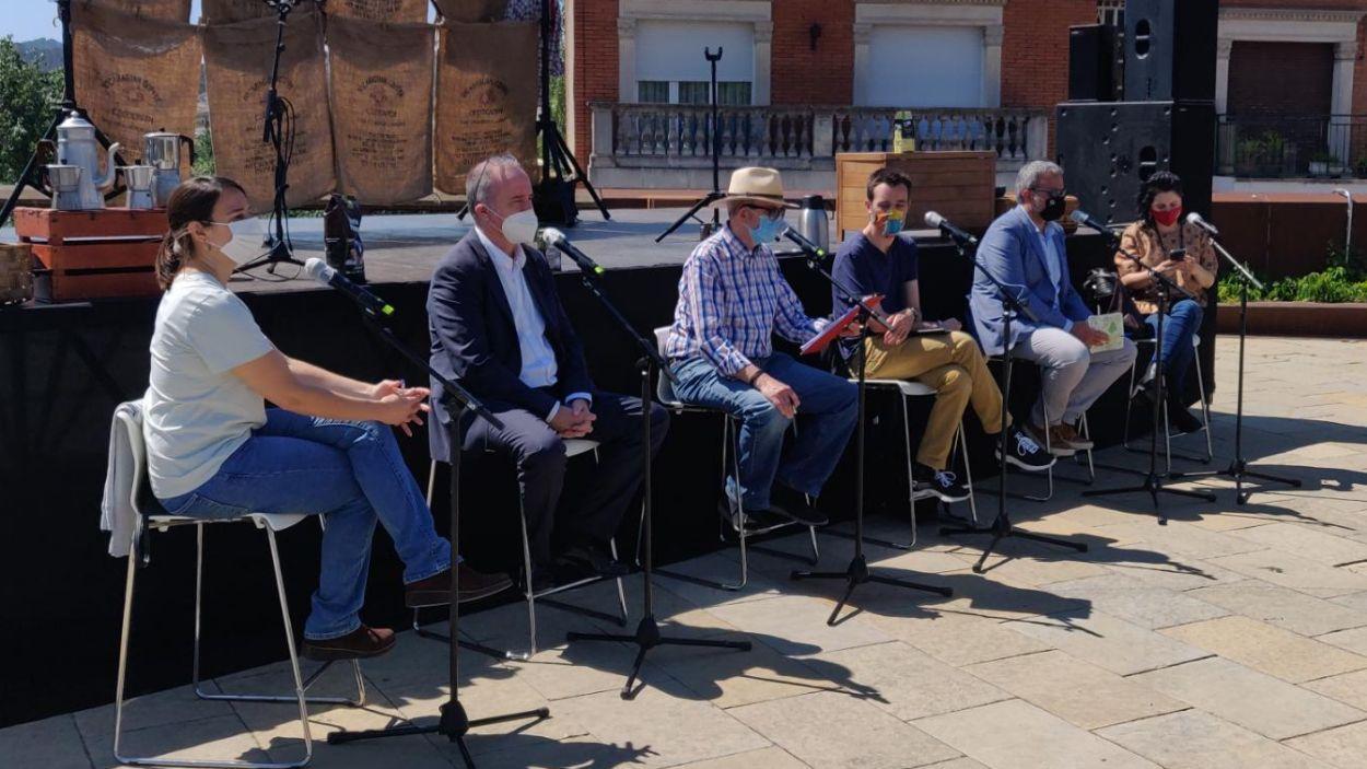 El col·loqui 'Fem cafè just' s'ha celebrat a la Plaça U d'Octubre. / Foto: Cugat Mèdia