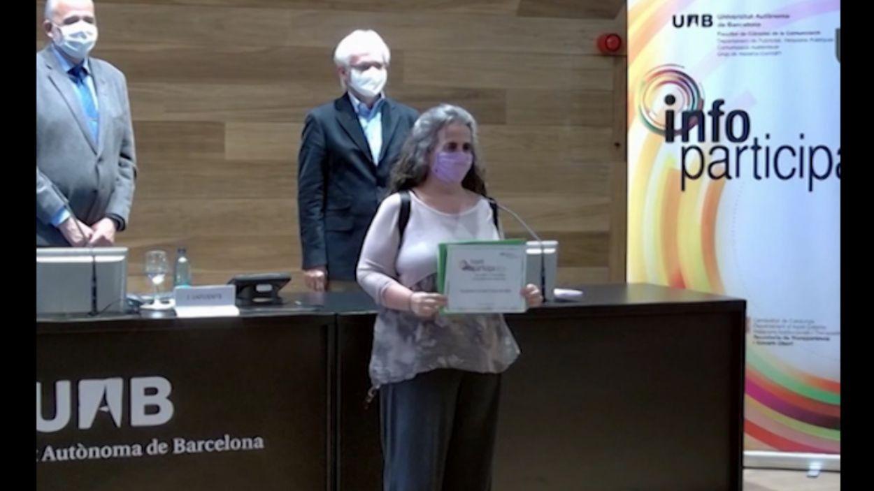 La tinenta d'alcaldia Lourdes Llorente en el moment de rebre el guardó / Foto: La Xarxa