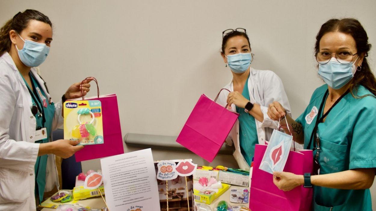 El personal de l'HUGC amb els obsequis pels infants / Foto: HUGC