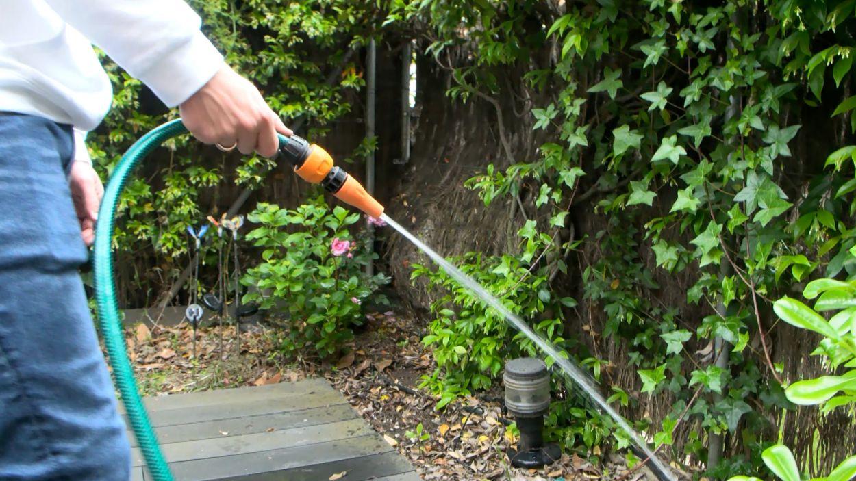 Regar les plantes manualment comporta una despesa d'un 40-60% més que no pas si tenim un sistema de reg automàtic / Foto: Cugat Mèdia