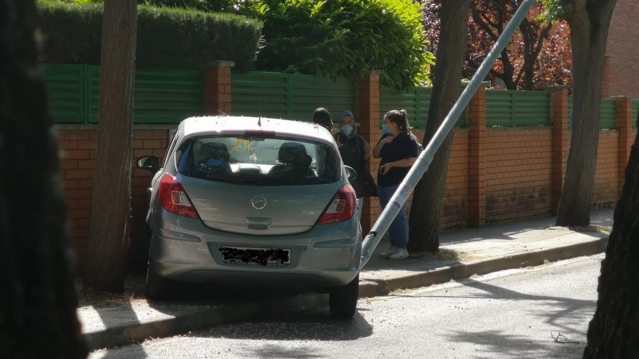 Tallen el carrer La Mina perquè un cotxe s'estavella contra un mur i un fanal