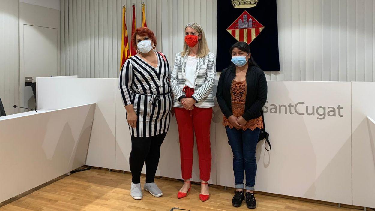L'alcaldessa amb les dues persones acollides per Sant Cugat / Foto: Cugat Mèdia