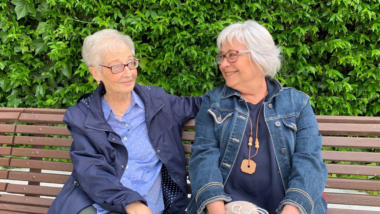 Clara Gomà, a l'esquerra, amb la seva germana Mercè Gomà / Foto: Cugat Mèdia