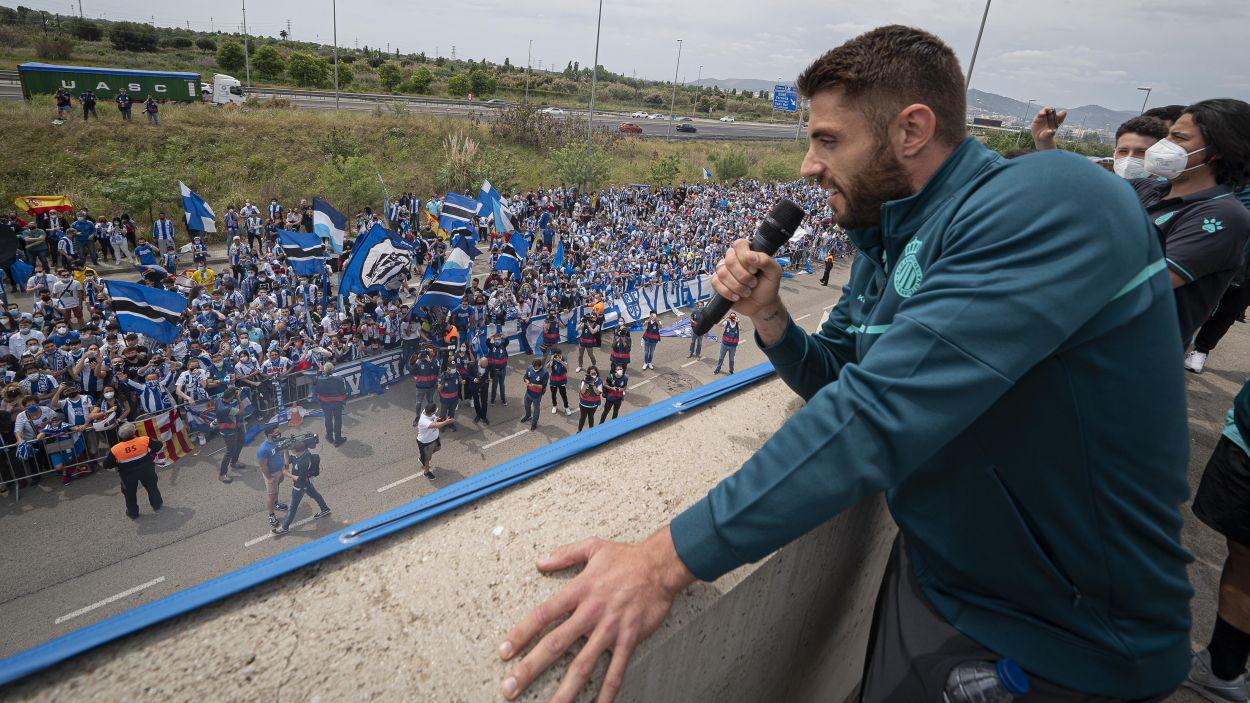 David López, capità de l'Espanyol, el dia de la celebració de l'ascens a Primera amb l'afició perica / Foto: RCD Espanyol