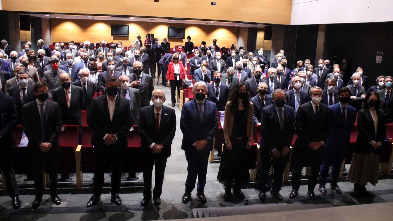 Foto de família amb els principals representants del món econòmic a l'auditori d'Esade amb altres empresaris assitents al darrere / Foto: ACN