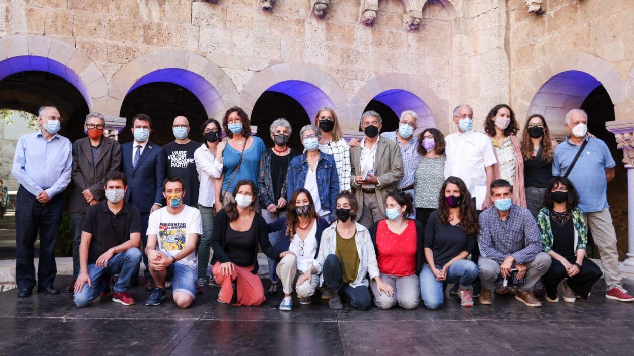 El grup de treball de la Unipau, amb la família d'Oliveres, el president de la Generalitat i l'alcaldessa / Foto: Cugat Mèdia