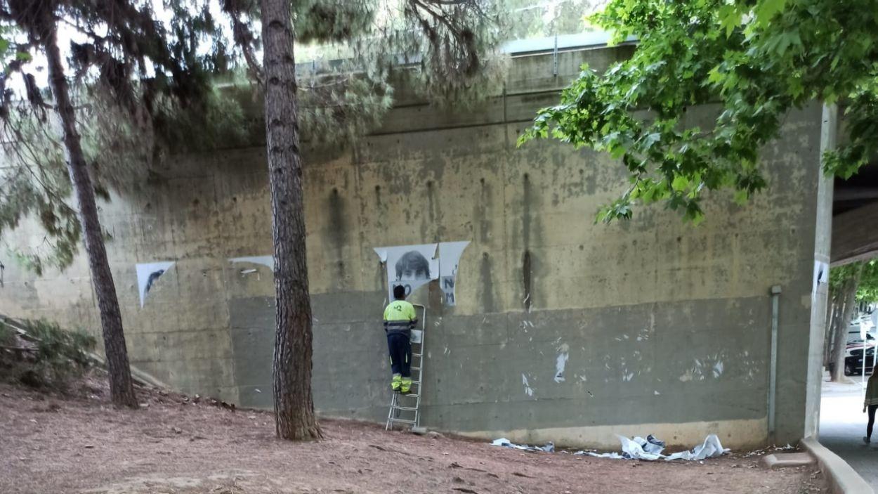 Un agent de la brigada enretirant el mural / Foto: Cedida a Cugat Mèdia
