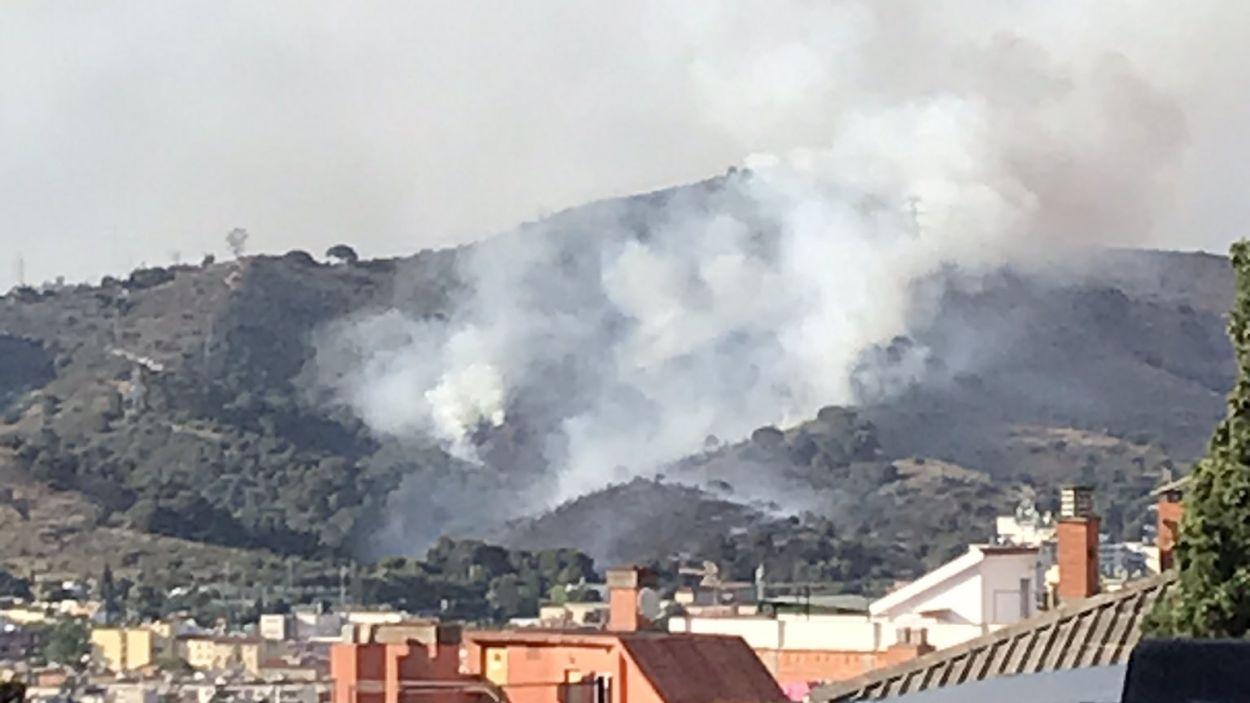 Imatge de l'incendi vist des de Barcelona; el fum ha estat visible des de Sant Cugat / Foto: Twitter @Lordbenit - Cedida