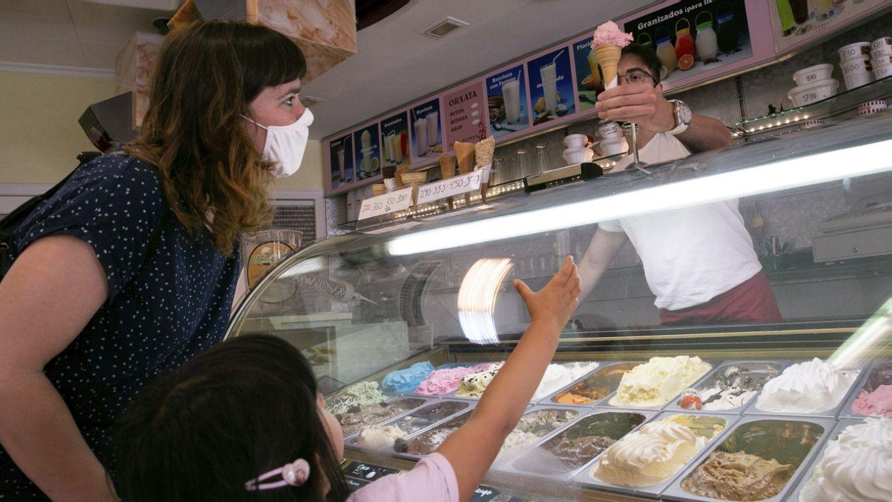 Una nena i una dona agafant un gelat de la Jijonenca, al carrer Major / Foto: Cugat Mèdia (Lluís Llebot)