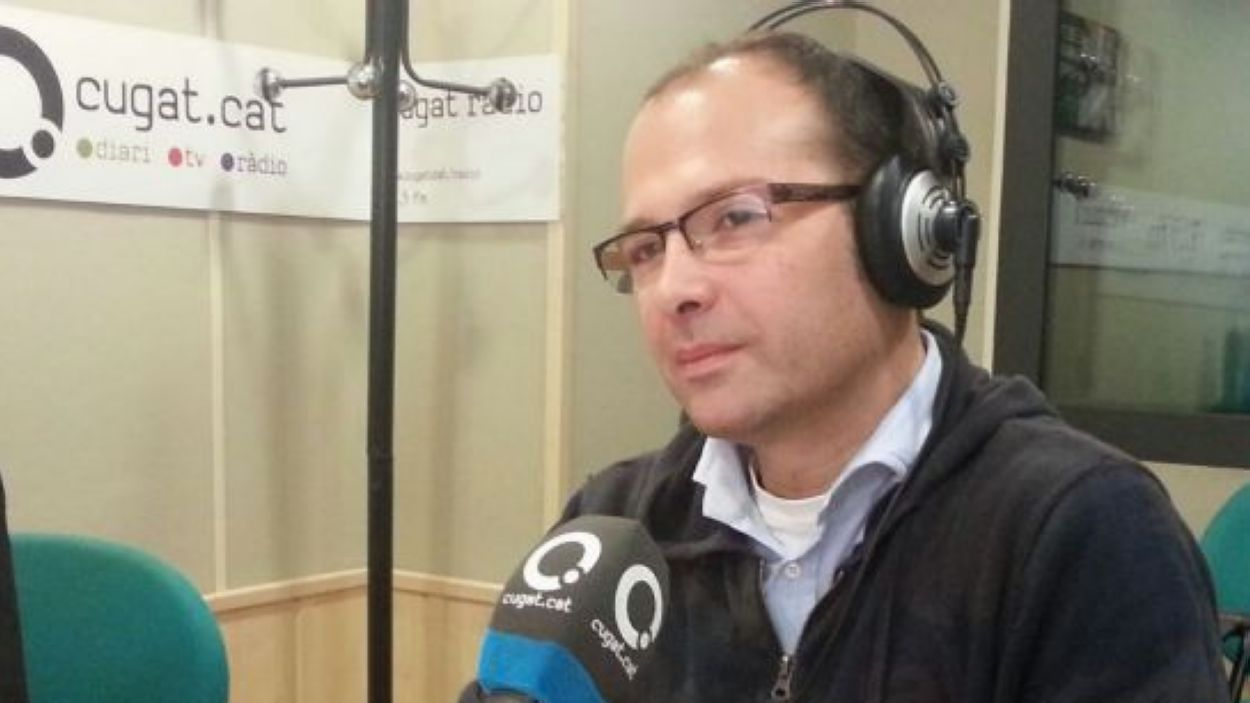 Oriol Vidal fa una dedicatòria musical a la seva dona al podcast de llengua catalana  'L'Anell al dit'/Foto: Arxiu Cugat Mèdia