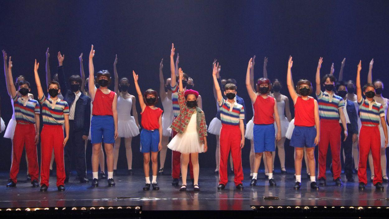 Els 60 petits ballarins del musical 'Billy Elliot', que arribarà al Teatre Victòria a l'octubre / Foto: ACN
