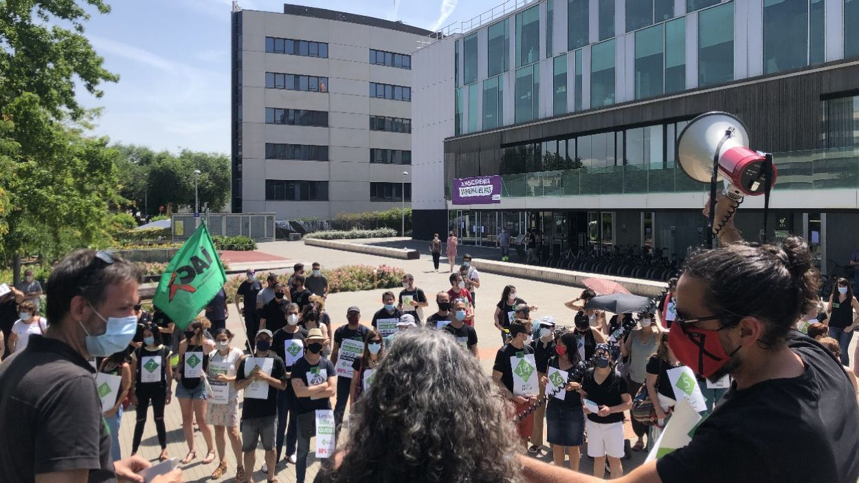 Concentració amb motiu de la vaga d'interins, el mes de juny / Foto: Cugat Mèdia