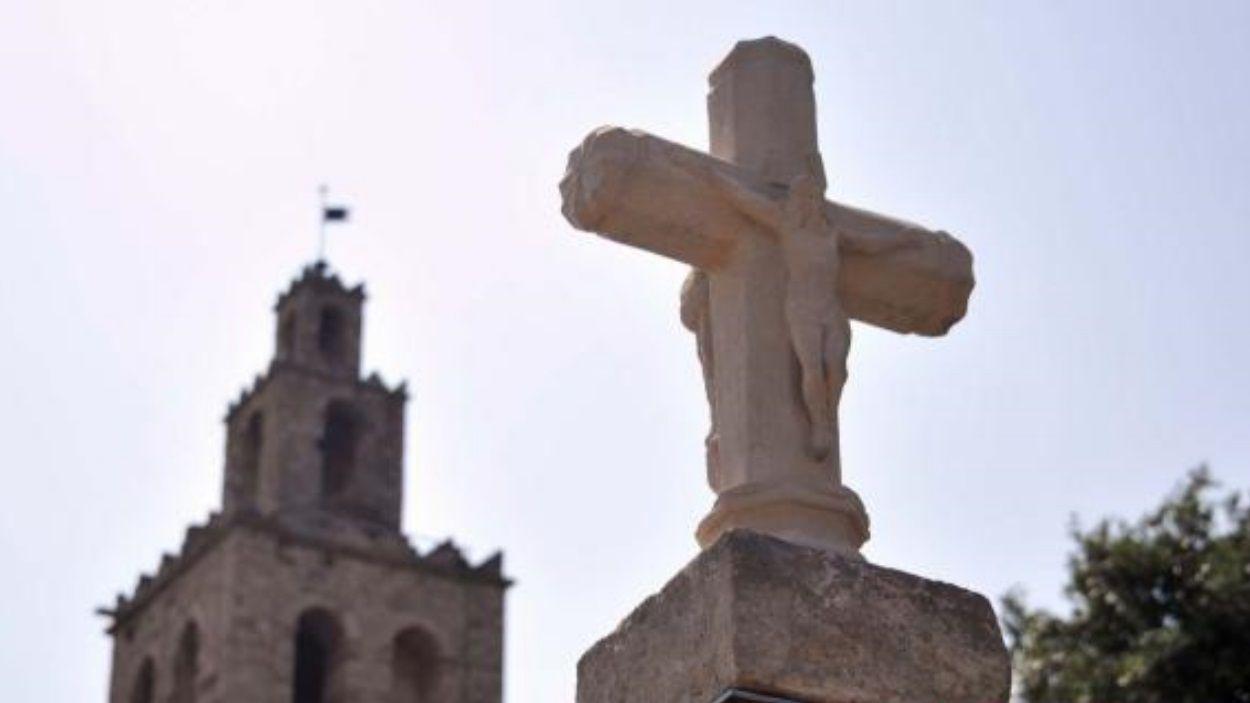 Un acte vandàlic ha trencat recentment la Creu de Terme del Monestir de Sant Cugat / Foto: Localpres