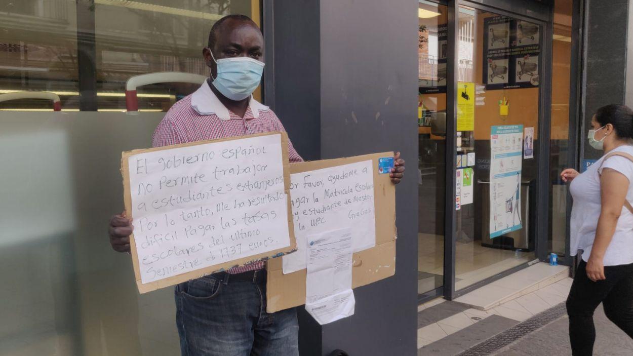 Un estudiant de màster de la UPC demana ajuda en un supermercat per pagar l'últim semestre