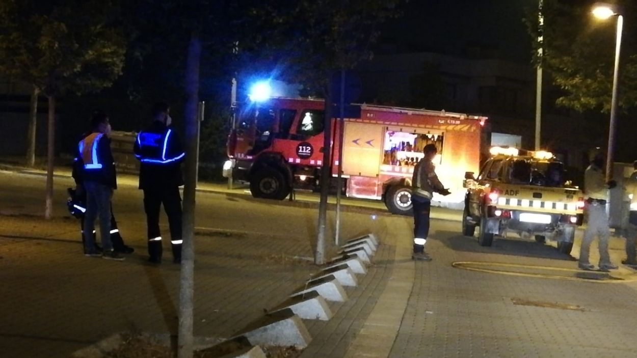 Darrere del carrer d'Antoni de Solanell  un solar, va cremar un troç d'una tanca perimetral / Foto: Cedida per Protecció Civil