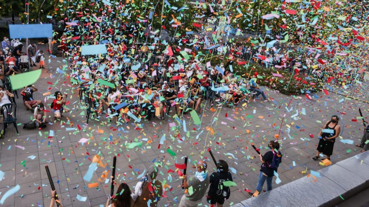 El confeti ha inundat la plaça de la Vila després del pregó / Foto: Lali Puig (Ajuntament de Sant Cugat)