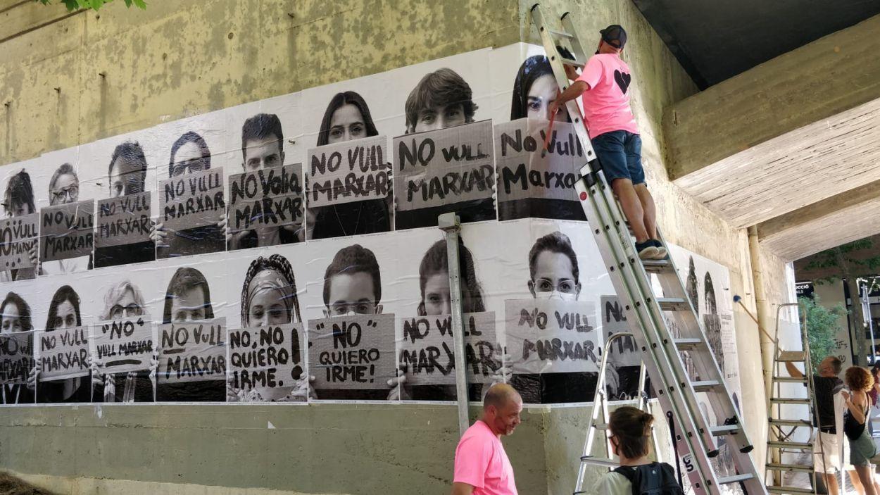 El mural s'ha instal·lat de nou al pont dels FGC al carrer de Manel Farrés / Foto: Cugat Mèdia