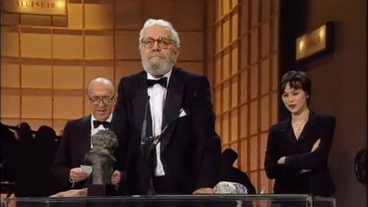 Luis García Berlanga recollint el Premi Goya a Millor Direcció el 1994 / Foto: YouTube Premios Goya