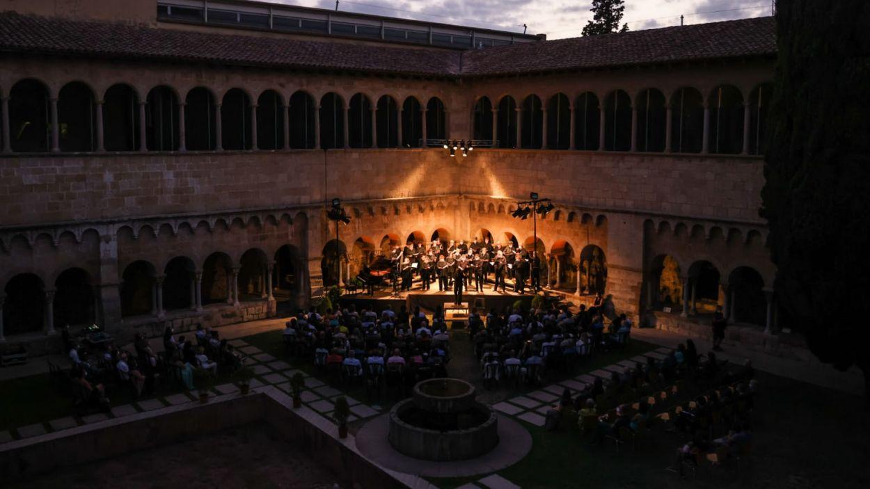 L'acte va aplegar més de 200 persones al claustre del Monestir / Foto: Lali Puig