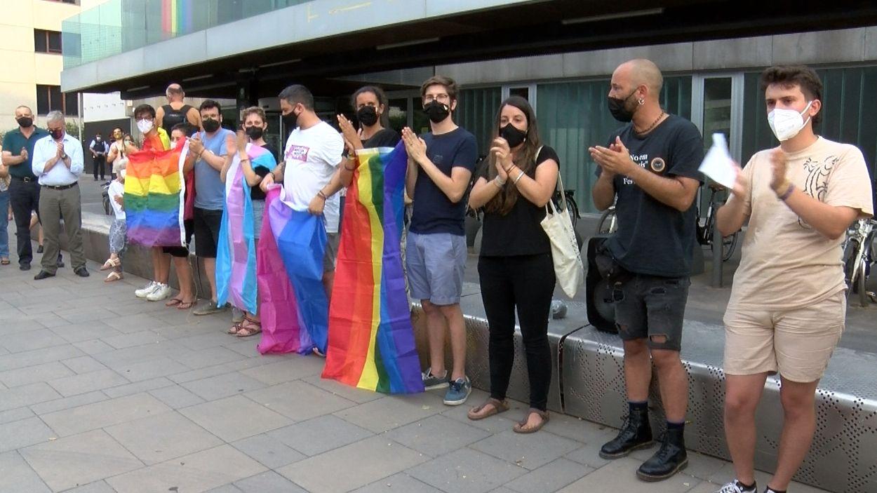 Àlex Exojo, a la dreta, acompanyat dels integrants de l'Assemblea LGTBI+ Sant Cugat / Foto: Cugat Mèdia