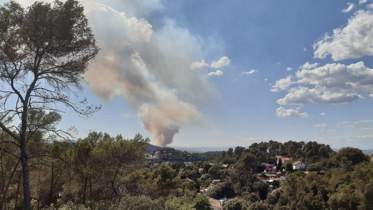 Imatge de l'incendi, el foc del qual ha estat visible des de Sant Cugat / Foto: Cedida