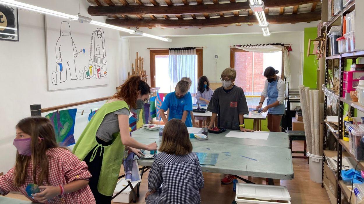 Alumnes al taller d'expressió plàstica del casal d'estiu de Pou d'Art / Foto: Cugat Mèdia