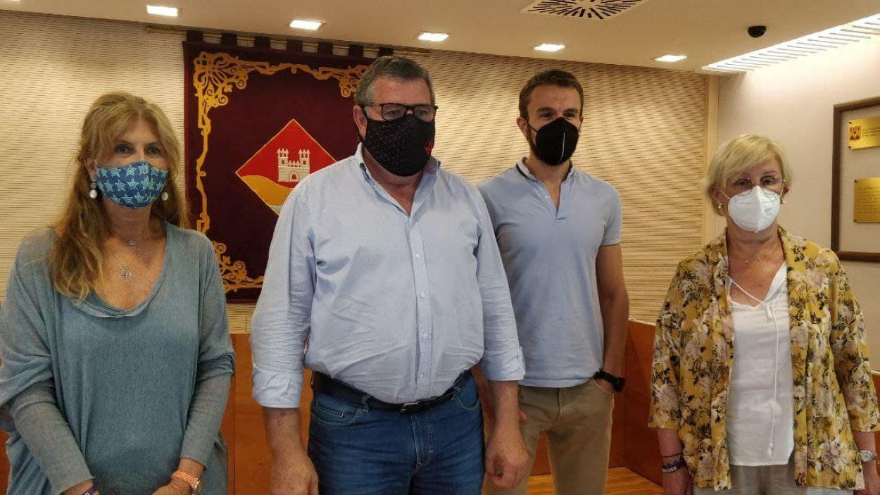 Susana Herrada, Josep Puig, Bernat Gisbert i Elena Degollada, a la sala de plens de la Casa de la Vila de Valldoreix / Foto: Cugat Mèdia