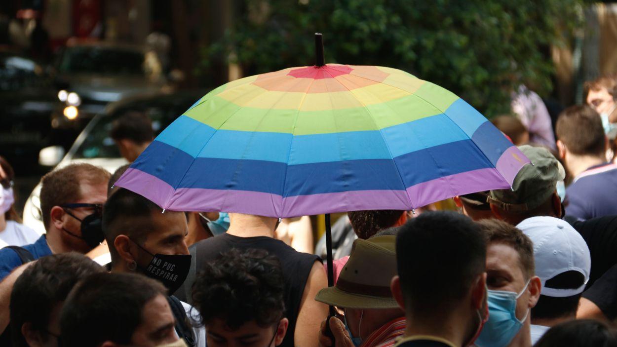 Un paraigua amb l'arc de Sant Martí en una manifestació LGTBI / Foto: ACN