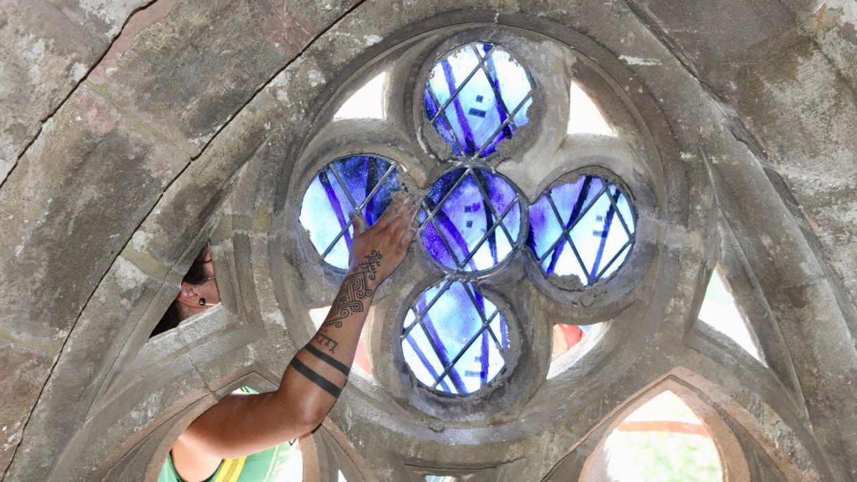 Instal·lació dels nous vitralls del Monestir de Sant Cugat / Foto: Cugat Mèdia