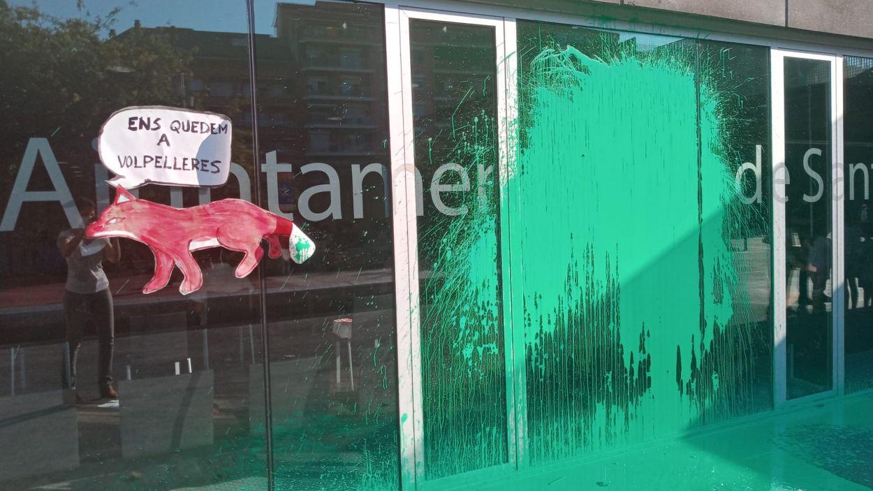 Atac amb pintura verda a la façana de l'ajuntament durant el ple de juliol / Foto: Ajuntament