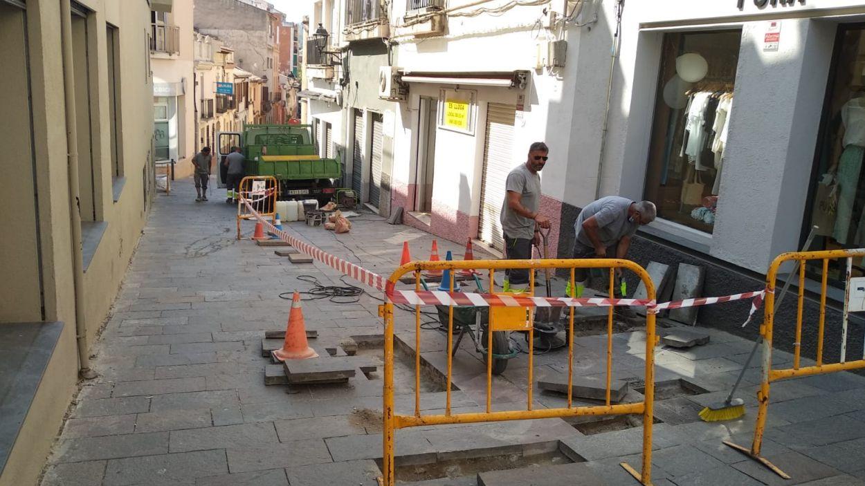 Comencen les obres al carrer del Carme per reparar les llambordes malmeses