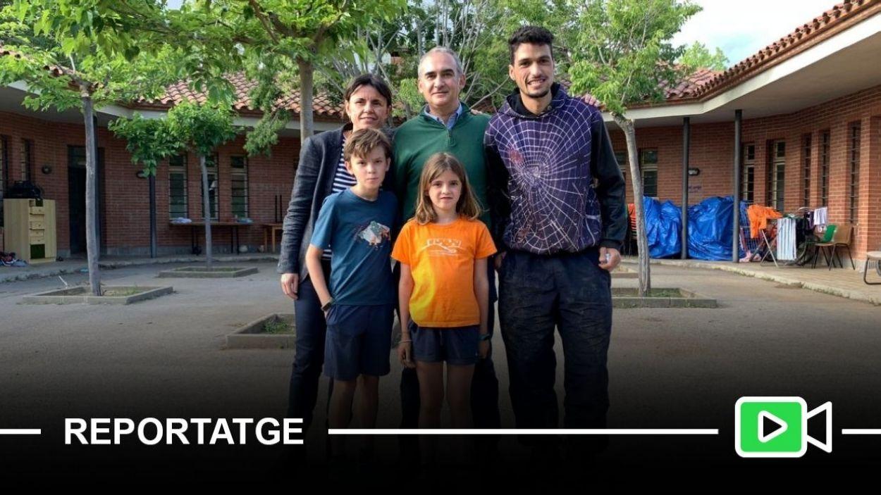 Imatge de la família amb l'Ali Mabrouk al Casal Arrupe / Foto: Cugat Mèdia (Lluís Llebot)