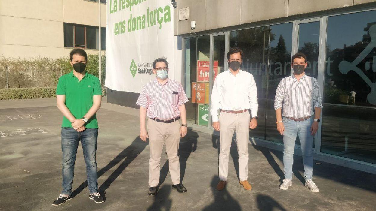 El PP ha convocat una atenció als mitjans a les portes de l'ajuntament de Sant Cugat / Foto: Cugat Mèdia