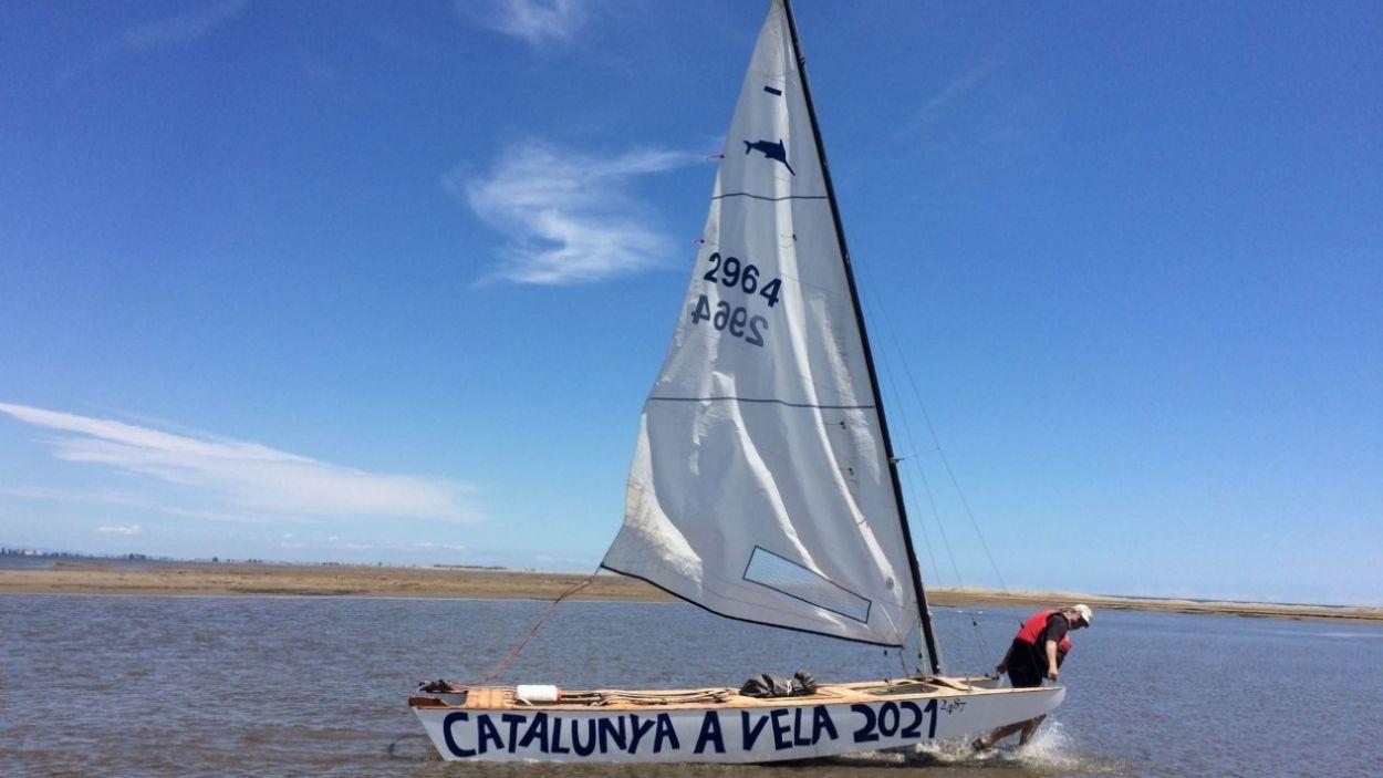 Daniel Romaní fa una travessa per tota la costa catalana en patí de vela