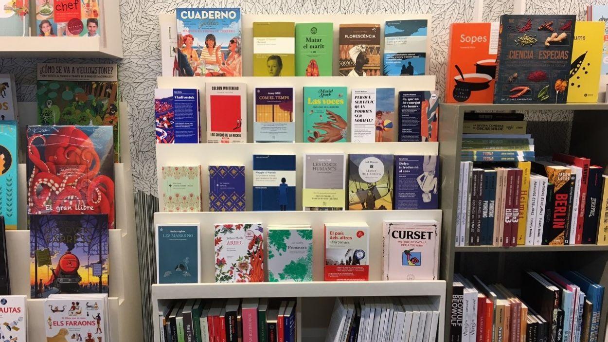 Alguns dels llibres que tenen exposats a Pati de Llibres / Foto: Cugat Mèdia