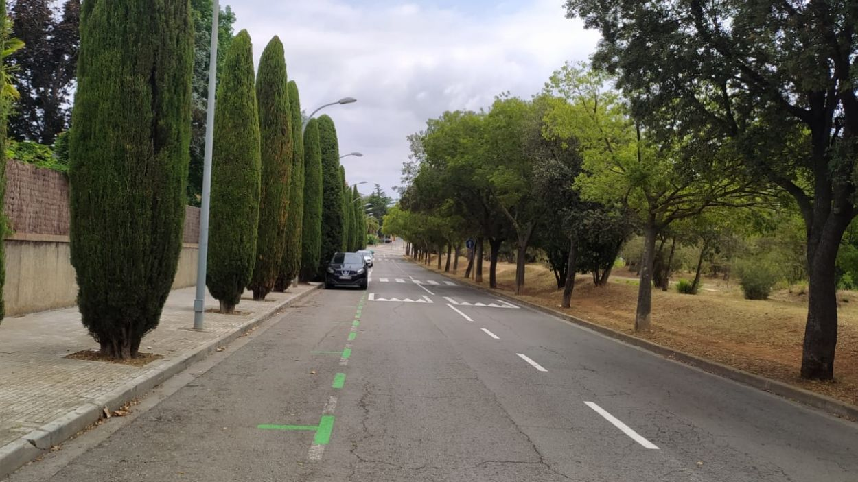 Un dels carrers de Sant Cugat amb zona verda d'estacionament / Foto: Cugat Mèdia